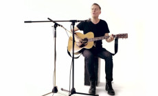 Bryan Adams interpreta en acústico 'Don't Even Try'