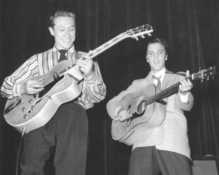 Scotty Moore y Elvis Presley.