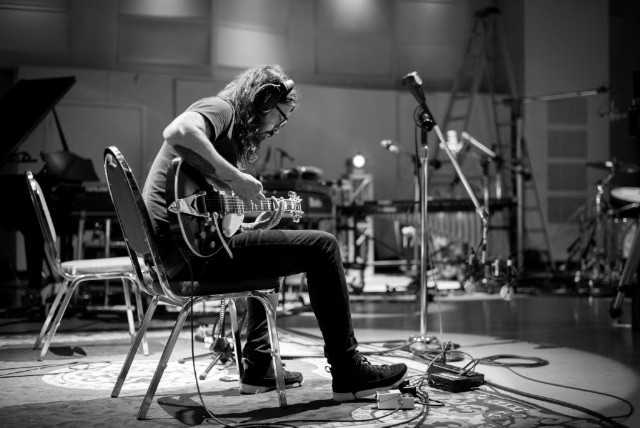 dave-grohl-play-03-08-18-b
