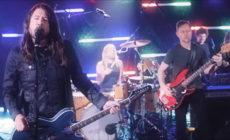 """En su nuevo vídeo, Foo Fighters versionan """"You should be dancing"""" de los Bee Gees"""