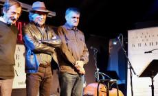 Joaquín Sabina y otros amigos sonríen y cantan a Javier Krahe
