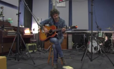 """Vídeo: Quique González está de vuelta con una versión de """"These days"""" de Jackson Browne"""